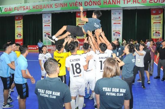 HLV Phạm Minh Giang được đề cử vào tốp 10 HLV xuất sắc thế giới ảnh 1