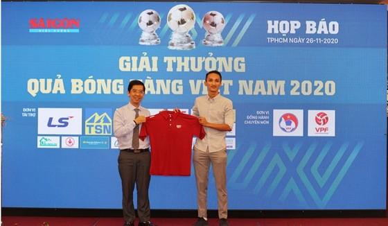 Ông Nguyễn Tuấn Thanh trao tặng áo kỷ niệm đến Phó Tổng biên tập Báo SGGP, trưởng BTC Giải thưởng QBV Việt Nam Nguyễn Nhật