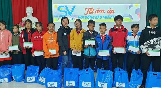 SV-League đến với học sinh nghèo tại Huế ảnh 2