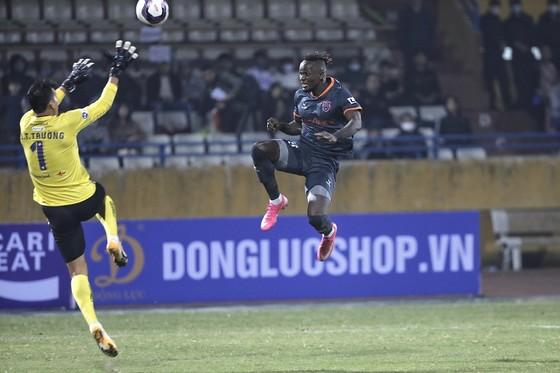 Mansaray đánh bại Tấn Trường ở bàn gỡ hòa 1-1. Ảnh: MINH HOÀNG
