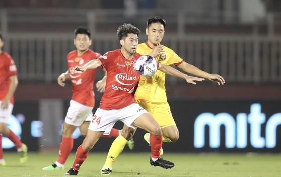 Ngoại binh solo qua 6 cầu thủ để ghi bàn, TPHCM thắng trận đầu V-League  ảnh 2