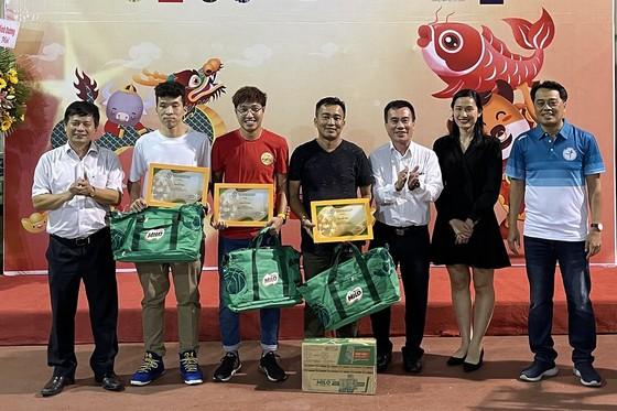Ban tổ chức cùng nhà tài trợ trao thưởng cho các tác giả đoạt giải