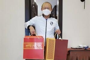 HLV Park Hang-seo cùng những hộp quà tặng