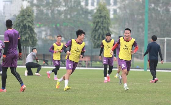 Các đội V-League nỗ lực vượt khó ảnh 1