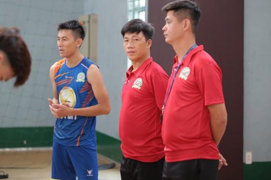 QBV futsal Việt Nam 2017 Vũ Quốc Hưng cùng HLV phó Tạ Đức Dũng phát biểu ở buổi ra mắt đội bóng