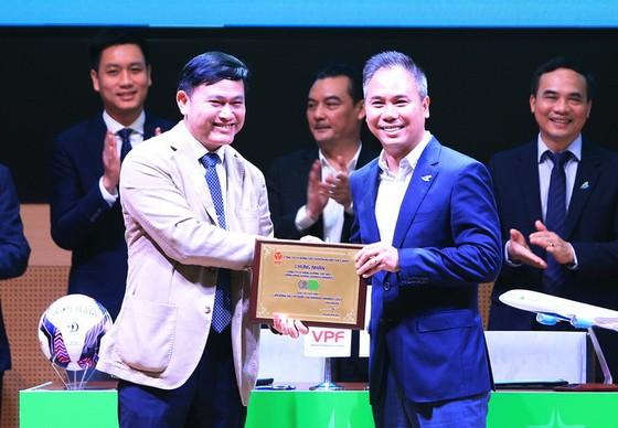 Ông Trần Anh Tú, Chủ tịch HĐQT Công ty VPF trao tặng bảng danh vị cho ông Đặng Tất Thắng – Phó Chủ tịch kiêm TGĐ Hãng Hàng Không Bamboo Airways. Ảnh: VPF