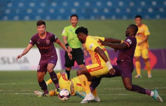 Sân Bình Dương đón 6.000 khán giả khi LS V-League quay lại ảnh 1