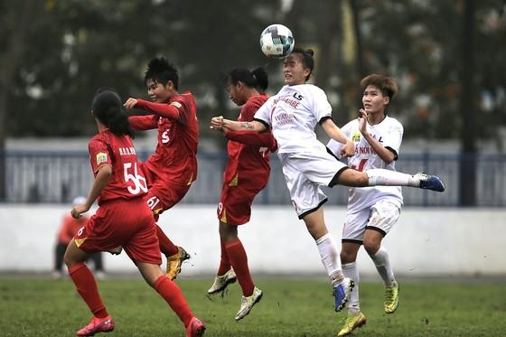 Đội Hà Nội (áo trắng) đánh rơi chiến thắng vào phút bù giờ. Ảnh: MINH HOÀNG