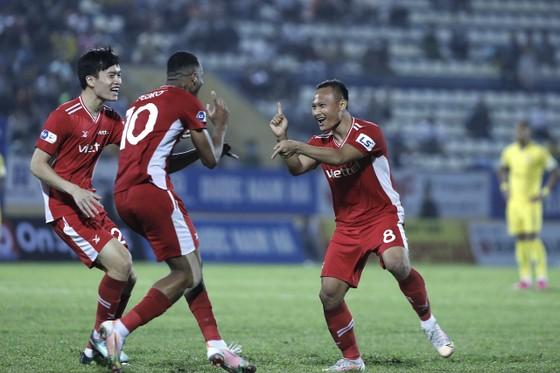 Trọng Hoàng và Pedro vui mừng sau bàn thắng. Ảnh: MINH HOÀNG
