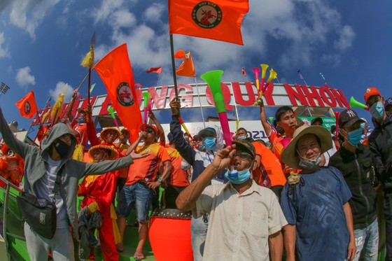Các cổ động viên đất võ đã khuấy động khán đài sân Quy Nhơn trước giờ bóng lăn cả 3 tiếng. Ảnh: DŨNG PHƯƠNG
