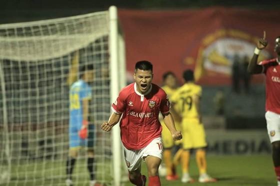 Niềm vui của Tuấn Hải khi ghi bàn thắng mở tỷ số cho đội chủ nhà. Ảnh: MINH HOÀNG