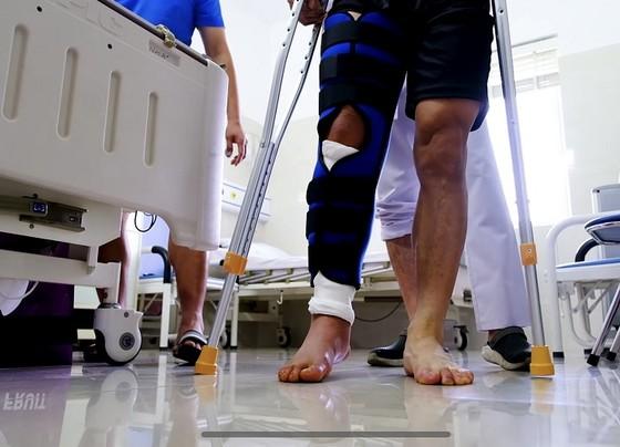Đỗ Hùng Dũng bắt đầu tập đi sau phẫu thuật  ảnh 1