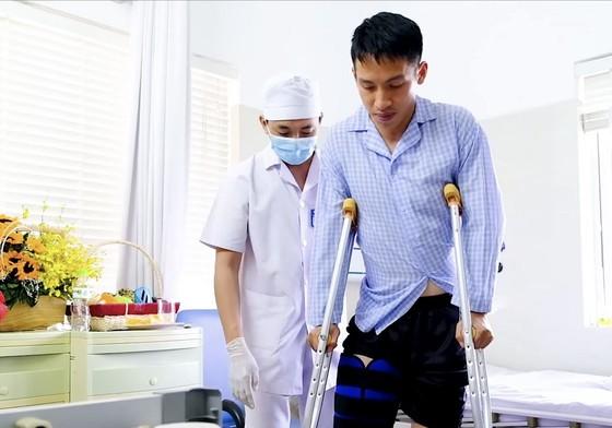 Hùng Dũng được bác sĩ dìu đi sau phẫu thuật