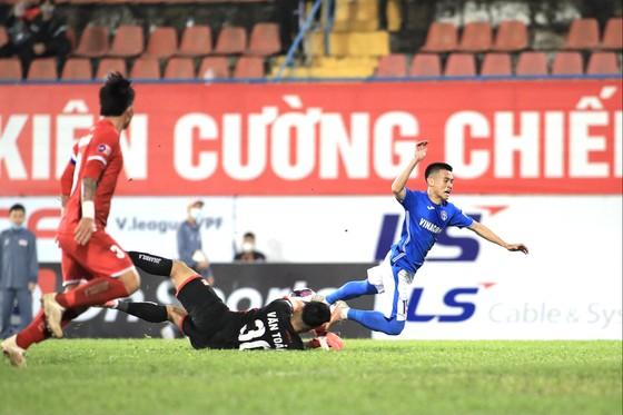 Tình huống phạm lỗi của Văn Toản dẫn đến quả phạt 11m cho đội khách vào cuối trận. Ảnh: MINH HOÀNG