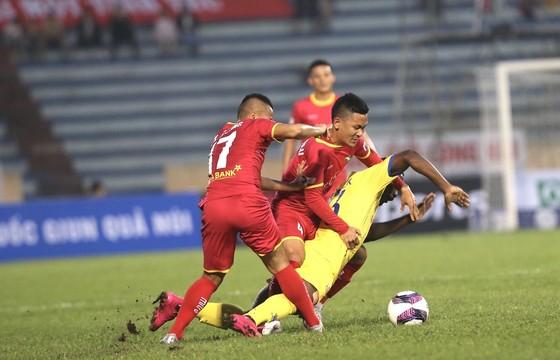 Đánh bại SLNA, Nam Định tiếp tục bay cao  ảnh 1