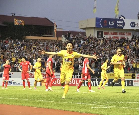 Đình Tùng ghi bàn thắng thứ 3 cho Thanh Hóa. Ảnh: MINH HOÀNG