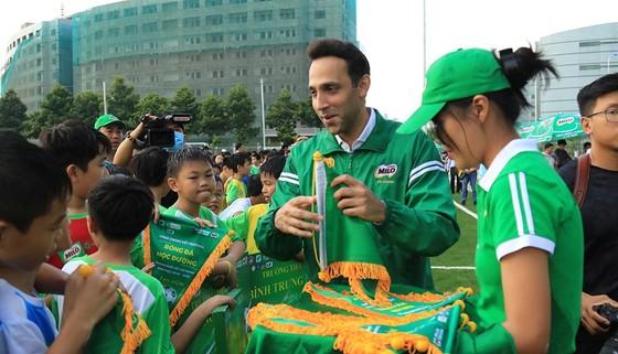 Đại diện nhà tài trợ trao quà lưu niệm đến các đội tham dự. Ảnh: THANH ĐÌNH
