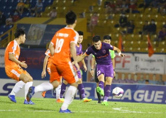 """Cú """"cứa"""" bóng ghi bàn thắng duy nhất của Tiến Linh vào cuối trận. Ảnh: DŨNG PHƯƠNG"""