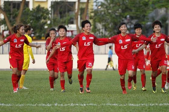 Niềm vui của đội nữ TPHCM I khi giành vé vào chung kết. Ảnh: MINH HOÀNG