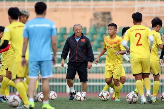HLV Park Hang-seo cùng các học trò điều chỉnh kế hoạch tập huấn. Ảnh: Anh Khoa