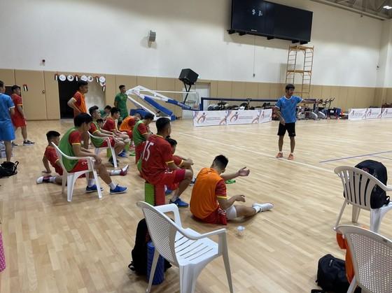 Tham tán Đại sứ quán Việt Nam tại UAE đến thăm đội tuyển futsal Việt Nam ảnh 6