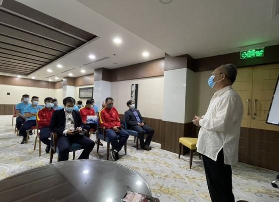 Tham tán Đại sứ quán Việt Nam tại UAE đến thăm đội tuyển futsal Việt Nam ảnh 2
