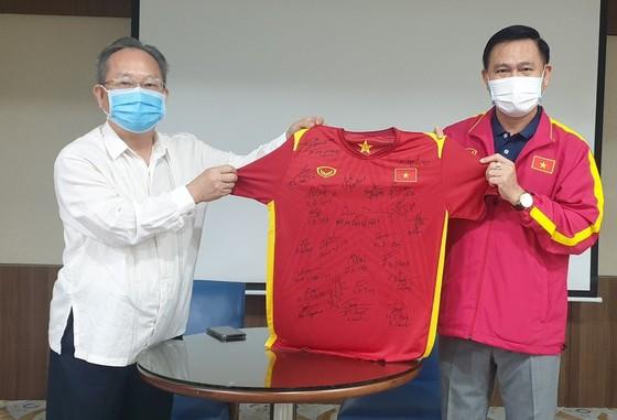 Trưởng đoàn Trần Anh Tú trao tặng áo thi đấu có chữ ký của toàn đội đến ông Đào Quốc Việt, Tham tán Đại sứ quán Việt Nam tại UAE