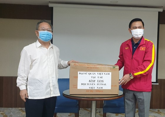 Tham tán Đại sứ quán Việt Nam tại UAE đến thăm đội tuyển futsal Việt Nam ảnh 4