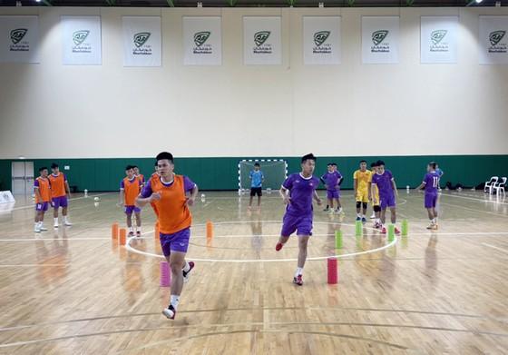 ĐT futsal và trong buổi tập làm quen sân thi đấu vào tối 21-5. Ảnh: ANH TRẦN
