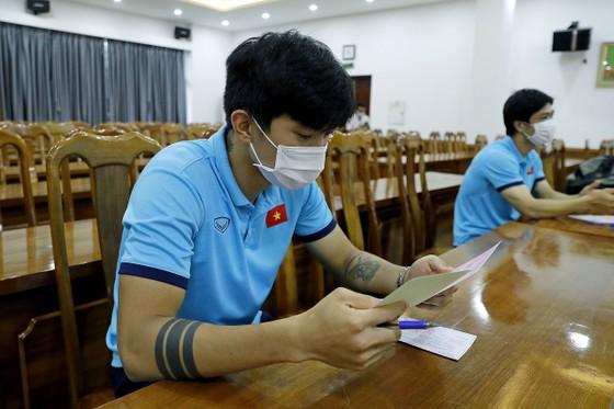 Các thành viên Đội tuyển Việt Nam bỏ phiếu bầu cử ĐBQH khóa XV và đại biểu HĐND các cấp nhiệm kỳ 2021-2026 ảnh 1