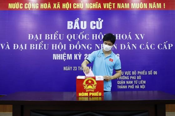 Công Phượng cùng các đồng đội làm nghĩa vụ công dân, đi bầu cử vào sáng 23-5. Ảnh: MINH HOÀNG
