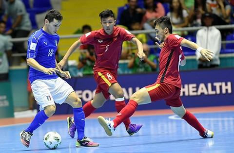 Cuộc so tài giữa đội tuyển futsal Việt Nam và Italia 5 tại VCK World Cup 2016