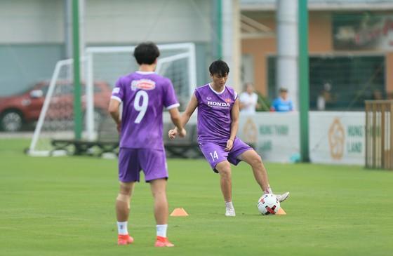 Văn Toàn và Tuấn Anh tập riêng ở buổi đầu ra sân cùng đội tuyển Việt Nam ảnh 3