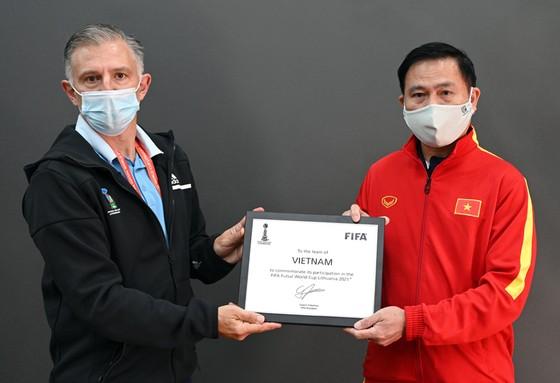 Đại diện FIFA trao bảng danh vị tham dự VCK FIFA futsal World Cup 2021 cho Trưởng đoàn Trần Anh Tú