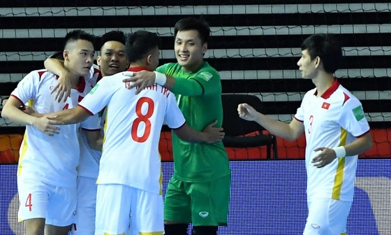 Thủ môn Hồ Văn Ý cùng các đồng đội vượt qua Panama 3-2 để mở hy vọng tranh vé đi tiếp