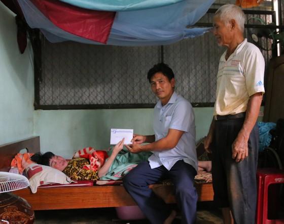 Báo SGGP trao tiền hỗ trợ cho cô giáo bị tai biến nằm liệt giường ảnh 1