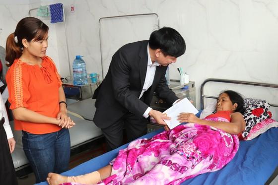 Đắk Lắk tặng 3.000 suất quà, 7 tấn quần áo cho gia đình chính sách, khó khăn ảnh 1