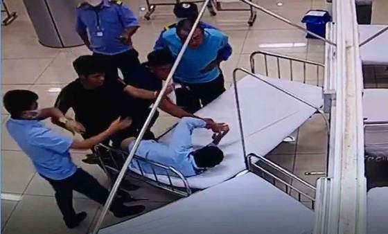 Nhóm thanh niên đánh bảo vệ bệnh viện rồi gây tai nạn chết người ảnh 1