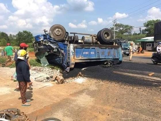 Xe sửa chữa đường gây tai nạn, 4 người thương vong ảnh 1