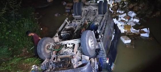 Đắk Nông: Xe tải mất lái lao xuống suối, 2 người tử vong ảnh 1