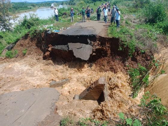 Đắk Lắk: Mưa lớn, ngập nhà dân, nhiều tuyến đường sạt lở ảnh 1