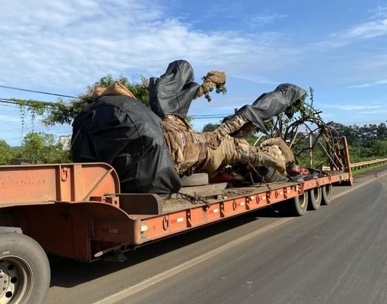 Bắt xe container chở cây cổ thụ 'khủng' không giấy tờ nguồn gốc ảnh 1