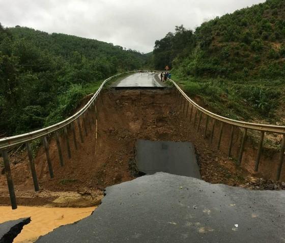Sạt lở quốc lộ 26, giao thông Khánh Hòa với Đắk Lắk bị chia cắt ảnh 1