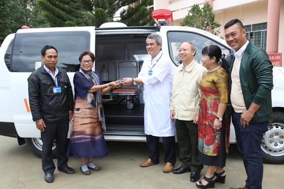 Trường Sĩ quan Lục quân 2 và Công ty Xuyên Việt Oil tặng xe cứu thương cho Trung tâm y tế huyện Lắk ảnh 1