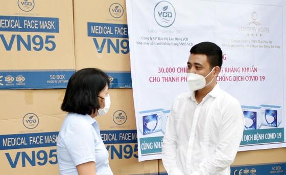 Công ty VCD cùng Khách sạn Luxtery trao tặng 30.000 khẩu trang cho TP Đà Nẵng ảnh 1