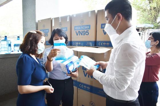 Công ty VCD cùng Khách sạn Luxtery trao tặng 30.000 khẩu trang cho TP Đà Nẵng ảnh 2