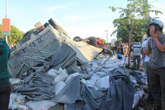 Xe tải và xe khách tông nhau: Ít nhất 10 người chết, 28 bị thương ảnh 1