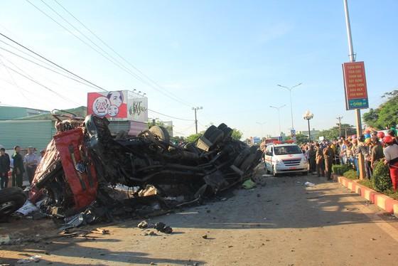 Xe tải và xe khách tông nhau: Ít nhất 10 người chết, 28 bị thương ảnh 3
