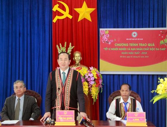 Chủ tịch nước Trần Đại Quang thăm, tặng quà đồng bào xã biên giới Rờ Kơi ảnh 1