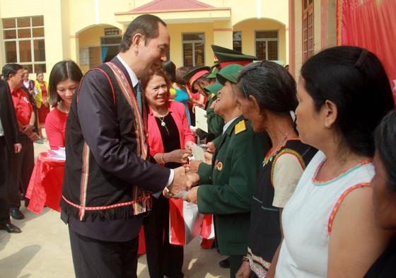 Chủ tịch nước Trần Đại Quang thăm, tặng quà đồng bào xã biên giới Rờ Kơi ảnh 2